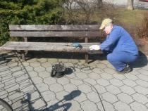 Probíhají opravy laviček
