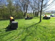 Kosení travnatých ploch v městské zeleni zahájeno.