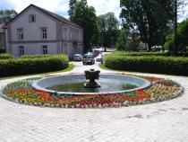 Výsadba květinového záhonu v Rožnově pod Radhoštěm