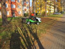 Sběr listí v městské zeleni již novými sekačkami.